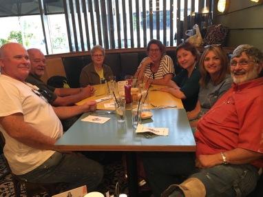 ארוחת ערב עם חברים שבאו לשרת בישראל