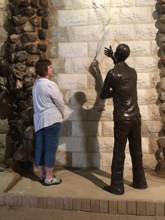 כותל הדמעות בערד, חלק מיצירה של פסל משיחי בשם ריק ווינקה, לזכר הדואה. חובה בביקור באר