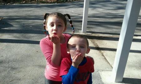 נשיקה מהאחיינים
